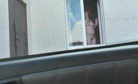 Вне дома голая женщина на улице. Водитель такси увидел голую женщину моющую окно квартиры. Публичное